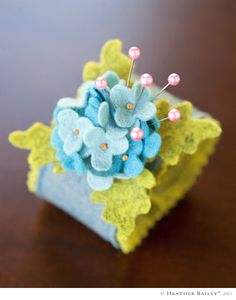 DIY pin cuff from Heather Bailey. Could also be modified to make some weird felt vintage-style over-the-top corsage? Felt Diy, Felt Crafts, Fabric Crafts, Sewing Crafts, Sewing Projects, Craft Projects, Diy Crafts, Sewing Kits, Felt Flowers