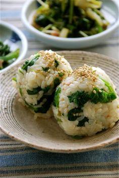 Japanese rice balls, Onigiri - é um bolinho de arroz japonês geralmente em forma de triângulo, ou de forma ovalada envolto por uma folha de nori. Ele pode receber vários tipos de recheio, mas tradicionalmente é recheado com salmão frito, umeboshi, katsuobushi, ou qualquer outro tipo de ingrediente salgado ou azedo. No Japão o oniguiri é encontrado em uma infinidade de lugares que vão desde lojas de conveniência, supermercados, feiras livres, casas de sushi.