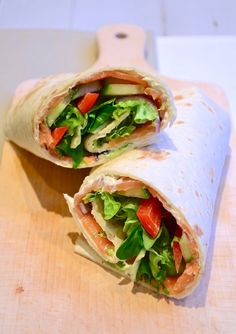 Lunch Wrap met zalm, rucola, paprika, komkommer en roomkaas - lunch wrap with salmon, arugula, red peppers cucumber and creamcheese (recipe is in Dutch)