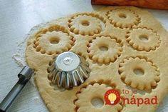 Pokojne pridajte malinový, jahodový alebo banánový. Okrem skvelej chuti získajú kolieska aj farebný nádych tej ktorej príchute. Malinový puding ich napríklad zanechá krásne ružové! Potrebujeme: 300 g hladkej múky ½ bal. prášku do pečiva 3 bal. pudingu (malinový, vanilkový, jahodový…) 100 g práškového cukru 250 g zmäknutého masla 1 vajce Môžeme lepiť džemom, alebo podávať... Candy Recipes, Cookie Recipes, Slovak Recipes, Biscotti Cookies, Xmas Cookies, Apple Pie, Family Meals, Food And Drink, Favorite Recipes