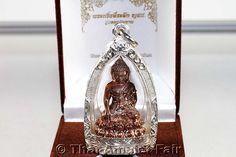 RARITÄT! - Phra Gring Buddha Thai Amulett Tieralueg Yoo Soo Soo Ruun Throng Prathan Nuea Nawa Loha Gon Ngern (Silber) von seiner Heiligkeit, dem Supreme Patriarchen von Thailand, Somdej Phra Nyanasamvara (Phra Somdej Sangkarat) aus dem Wat Bowornivet (kurz Wat Bowon), vom Freitag dem 15.03.2556 (2013). Das Amulett wurde anlässlich seines bevorstehenden 100. Geburtstages in einer nummerierten Miniserie von nur 799 Stück erschaffen.