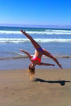 side aerial on the beach Beach Gymnastics, Gymnastics Poses, Rhythmic Gymnastics, Aerial Gymnastics, Gymnastics Skills, Cheer Stunts, Cheer Dance, Cheerleading, Dance Photos
