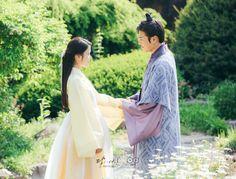 "Hae Soo (Lee Ji-Eun) with prince Wang Wook (Kang Ha-Neul ) in a screen capture from drama ""Scarlet Heart Ryeo. Scarlet Heart Ryeo Cast, Jin, Kang Haneul, Wang So, Min Yoonji, Hello My Love, Weightlifting Fairy Kim Bok Joo, Maid Outfit, Handsome Prince"