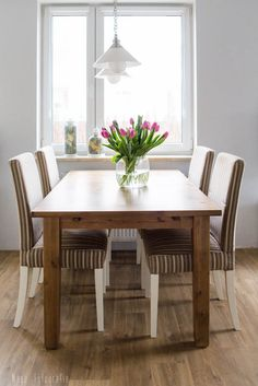 aranżacja jadalni z drewnianym stołem