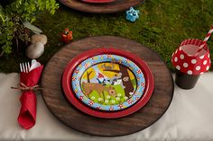 Woodland-themed party: decor, snack ideas, activities, free printables -- all coordinated for forest-y fun!