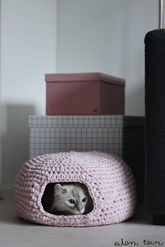 How to crochet a cat nest! The site is in Finnish, but the instructions are also available in English at the bottom of the post. Persephone needs one of these!