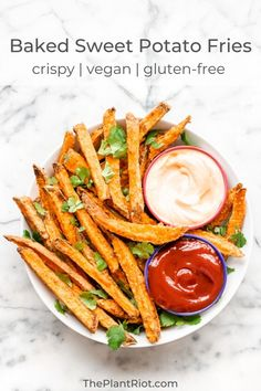 It's time for oven-baked sweet potato fries - homemade and delicious! With our recipe, you'll get crispy sweet potato fries every time. Homemade Sweet Potato Fries, Crispy Sweet Potato, Sweet Potato Recipes, Vegan Appetizers, Vegan Snacks, Vegan Dinners, Vegan Food, Appetizer Ideas, Vegan Side Dishes