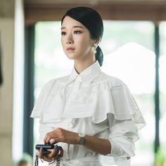 """Rũ bỏ vẻ ngoài lạnh lùng và bí ẩn ở những tập đầu của bộ phim, """"phù thủy"""" Seo Ye Ji khiến khán giả thích thú với sự thay đổi tích cực về tâm lý lẫn phong cách thời trang.  #seoyeji #koreanstyle Elle Fashion, Punk Fashion, Woman Fashion, Hyun Seo, Her World, Korean Celebrities, Stunningly Beautiful, Korean Beauty, Everything"""