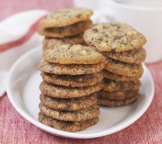 Byggcookies er en super oppskrift på cookies. Kjeksene bakes med sjokolade, nøtter og byggmel og passer fint som kosemat eller mat på tur.