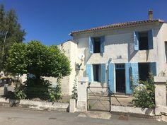 Maison proche du bourg de Saint-Dizant-du-Gua d'environ 74 m² (2 chambres) avec cour de 60 m², jardin (non attenant à la maison) de 170 m² dépendances attenantes de 84 m² 17240 Saint-Dizant-du-Gua