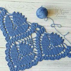 Photo - Her Crochet Col Crochet, Crochet Triangle, Crochet Poncho, Crochet Scarves, Crochet Motif, Crochet Doilies, Crochet Crafts, Yarn Crafts, Crochet Projects