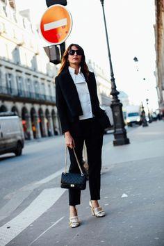 El look: blanco + negro + un toque de dorado.   La clave: que las prendas centrales del look tengan patrones y siluetas impecables pero clásicas, para que nada distraiga la atención de lo que de verdad importa: el complemento gold.