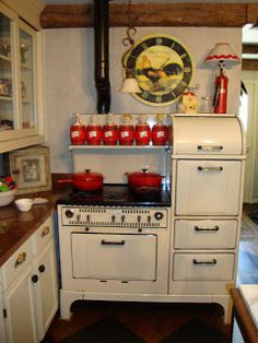 Wedgewood stove in mint condition. I would love this in a propane stove for my kitchen Antique Kitchen Stoves, 1920s Kitchen, Vintage Kitchen Appliances, Kitchen Appliance Storage, Antique Stove, Victorian Kitchen, Country Kitchen, Retro Kitchens, Kitchen Retro