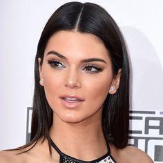 Kendall Jenner não é a queridinha só pelos seus looks.A modelotambém chama atenção quando o assunto émake, e a maquiageme os cabelos da musasempre se destacam nas premiações e tapetes vermelho…