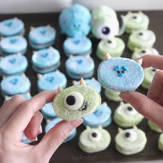 Left or Right ? 💙💚⚡⚡ Mike and Sulley ! gifts for friends 😍😍 Macaroon Cookies, Meringue Cookies, Disney Cakes, Disney Food, Michael Wazowski, Cute Food, Yummy Food, Mike And Sully, Halloween Menu