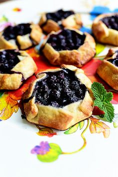 I love blueberry pastries and desserts. Sweet, lovely, and easy Mini Blueberry Galettes. Such a nice, simple treat. Köstliche Desserts, Delicious Desserts, Dessert Recipes, Yummy Food, Dessert Bread, Blueberry Recipes, Blueberry Pies, Blueberry Galette, Blackberry Pie
