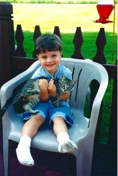 ahhhh!!LITTLE JOSH HUTCHERSON!! he was (and still is) so cutee!!! ...he's holding a cat...okay..thats cool