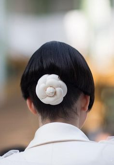 Classic Chanel flower hair clip Chanel Flower, Vip Pass, Chanel 2015, What Should I Wear, Flower Hair Clips, Chanel Fashion, Fashion Books, Couture Collection, Fall 2015
