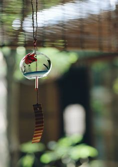 Furin, a Japanese wind chime, is especially popular in summer season. Japanese Culture, Japanese Art, Feng Shui, Japanese Wind Chimes, Japon Tokyo, Positive Energie, Blowin' In The Wind, Japan Crafts, Paper Fans
