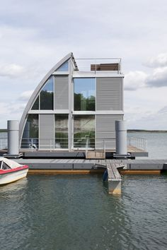 Amazing Boat House You Will Love. What do you think about living on a river or a lake, for example by using a floating house. One thing you think about is a lot of mosquitoes and slums. Floating Architecture, Amazing Architecture, Architecture Design, Houseboat Living, Haus Am See, Water House, Floating House, Floating Boat, Unusual Homes