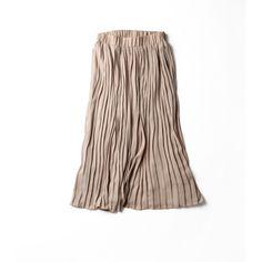 優しいヌードカラーのミモレ丈スカート