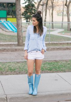 Style Lounge, Look Chic, Hunter Boots, Fashion Boots, Outfit Of The Day, Rain Boots, Denim, Lady, Model