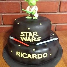 #Yoda #StarWars #fonndant #cake by Volován Productos  #instacake #Chile #puq #VolovanProductos #Cakes #Cakestagram #SweetCake