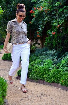 Boyfriend white jeans with snake print blouse. White Jeans Outfit, White Pants, Wild Style, My Style, Inside Out Style, Animal Print Outfits, Small Wardrobe, Work Looks, Printed Blouse