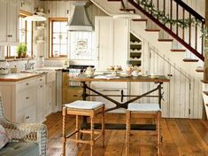How to design a cozy cottage-style interior: coastal cottage kitchen with wood plank walls, vintage-style details, built-ins and wood floors Style Cottage, Cottage Design, Cottage Living, Cozy Cottage, Coastal Cottage, White Cottage, Rustic Cottage, Coastal Living, French Cottage