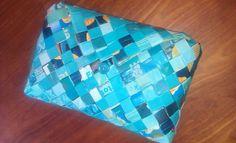 - ReCyklisten: Chiiiipsss. skøn turkis kuverttaske flettet  af chips poser // håndlavet genbrug // lukkes med matchende knap // unika håndtaske tilsalg håndarbejde sælges julegave toneitone farveglæde yndlingsfarve candywrapper clutch braided with bags of crisps forsale craft http://recyklisten.blogspot.dk/2013/09/chiiiipsss.html