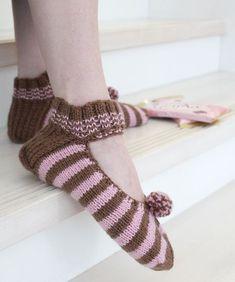 Neulotut Suffeli-tossut Novita 7 Veljestä | Novita knits Geisha, Slippers, Socks, Fashion, Moda, Fashion Styles, Slipper, Sock, Stockings