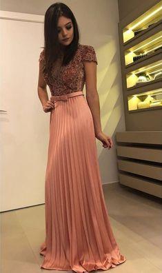 Vestido de festa plissado com manga curta (manguinha). Grad Dresses, Satin Dresses, Elegant Dresses, Homecoming Dresses, Beautiful Dresses, Evening Dresses, Casual Dresses, Fashion Dresses, Gowns