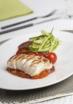 Dos de Cabillaud grillé sauce de la piperade et spaghetti de courgettes Chefs, Healthy Dinner Recipes, Cooking Recipes, Weird Food, Fish Dishes, Light Recipes, Fish And Seafood, No Cook Meals, Seafood Recipes