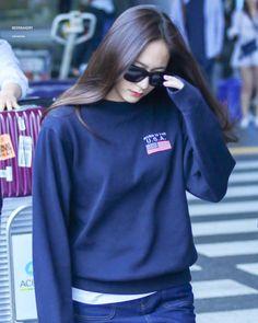 [ HQ ] 170417 #Krystal - Incheon airport arrival. © BeerBakery -- #크리스탈 #정수정 #KrystalJung #fx Krystal Fx, Jessica & Krystal, Kpop Girl Groups, Kpop Girls, Krystal Jung Fashion, Krystal Jung Style, Kpop Fashion, Airport Fashion, Sulli