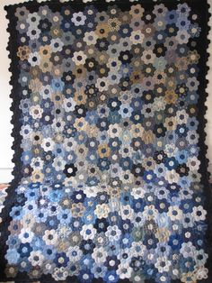 I finished the top of my flowergarden .  Now I have to find a nice fabric for the back site and then......... time to quilt.  Greetings...