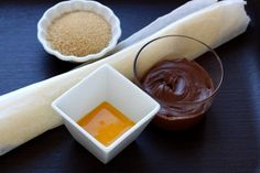 Schritt für Schritt zu fluffigen SchokocroissantsFür 12 Croissants:      1 fertiger Blätterteig    vegane Schokoladencreme      ÖL     50 g brauner Zucker