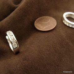 1 Paar 3,7 mm breite Creolen in 925er Silber mit je 5 Zirkonia, ca. Ø 15 mm