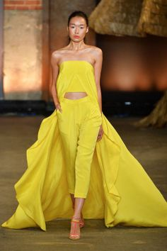 Mellow Yellow (Christian Siriano) Give your spring look a palette pick-me-up with not-so-mellow yellow as designers like Christian Siriano and Roksanda Ilincic incorporated this sunny shade. Ny Fashion Week, Runway Fashion, Spring Fashion, High Fashion, Fashion Show, Fashion Design, Fashion Trends, Modest Fashion, Korean Fashion