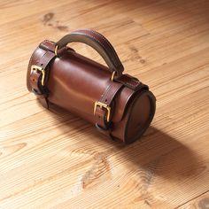 Sacoche – étui horizontal pour boules de pétanque – modèle réf. #PH1-M Leather Bags Handmade, Leather Craft, Quiver, Leather Pouch, Baggage, Leather Handbags, Bangles, Jewelry, Illustration