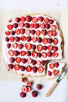 Strawberry Sheet Cakes, Strawberry Puree, Vegan Cake, Vegan Food, Vegan Dessert Recipes, Desserts, Two Layer Cakes, Happy Birthday Kids, Vanilla Bean Powder