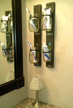 Decora una pared al más puro estilo rústico usando frascos de vidrio. Es una manera barata y llamativa para dar un toque único en la decor...