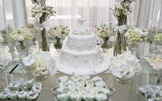 O batizado da Maria Teresa ganhou uma decoração inteirinha branca, com orquídeas, rosas, anjinhos de louça e cristal enfeitando a mesa. A produção pra lá d