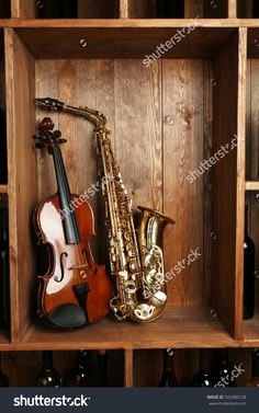 Musical Instruments: Saxophone, Violin On Wooden Background Photo libre de…