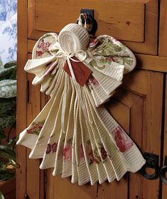 Kitchen Linen Angels ~ made of a kitchen towel, dish cloth, and hotpad. I bet I can make these!