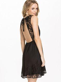 V - Neck Lace Hem Dress - Jeane Blush - Czarny - Sukienki Wieczorowe - Odziez - Kobieta - Nelly.com