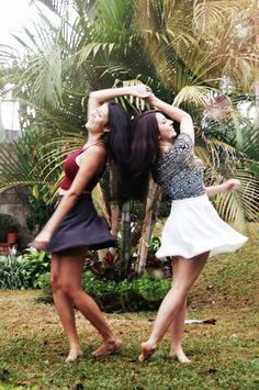 ¿Quien necesita novio para bailar después de la tormenta? Con una buena amiga, es más que sificiente.