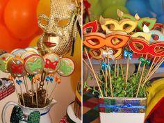 Carnaval é um tema super bacana para quem faz aniversário no mês de fevereiro! E foi nesse clima de folia que os irmãos Helena e Leo comemoraram 1 e 3 anos