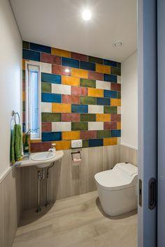個性的なトイレのタイル 腰壁も木目調のタイルを張り お掃除もらくらく。