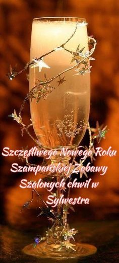 New Years Eve 2019 : This is a picture only. But is pretty self-explanatory. Use the cute star garland from Christmas and some Champagne or Sparkling Wine. New Years Eve Day, New Years Party, Noel Christmas, Christmas And New Year, Xmas, Christmas Wedding, Nye Party, Party Time, Ideas De Catering