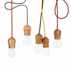 luminária pendente em madeira com cabo em tecido colorido.